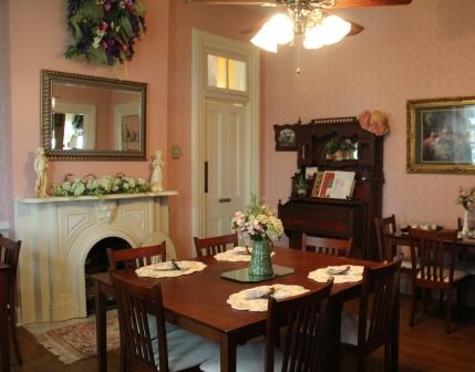 Summers Riverview Mansion bed and breakfast dining room