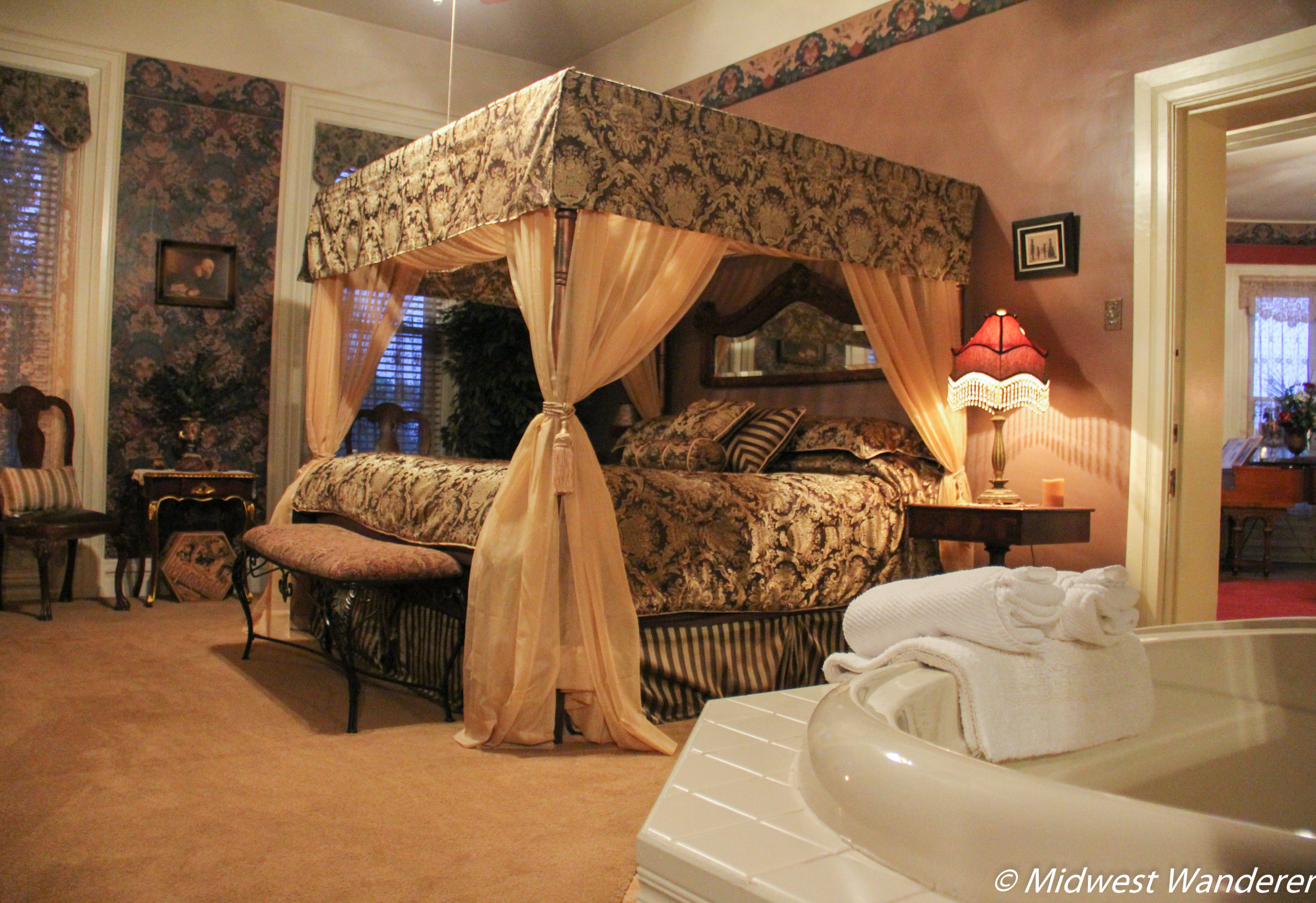 Summers Riverview Mansion - bed and breakfasts